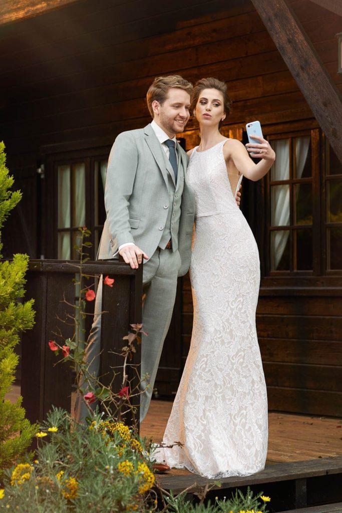 foto van deal trouwkleding echtpaar