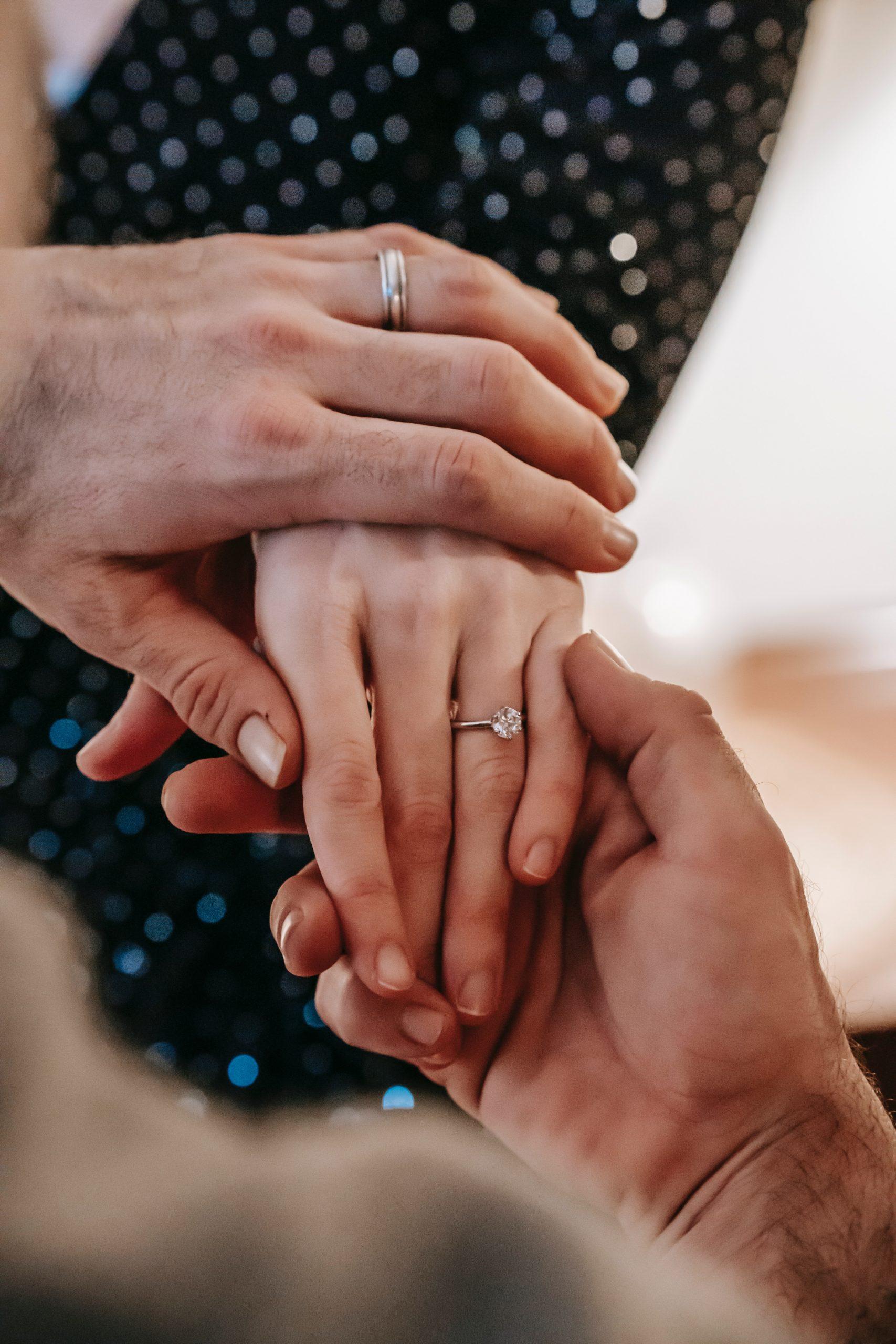 Aan welke hand draag je de trouwring?